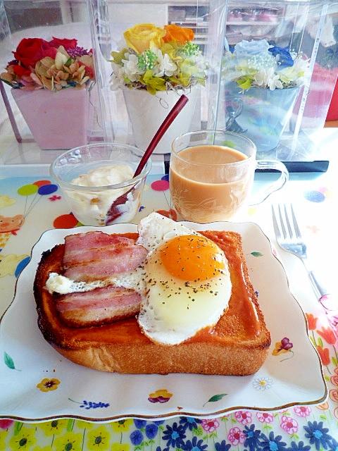 ベーコンエッグトーストとヨーグルトの朝食♪