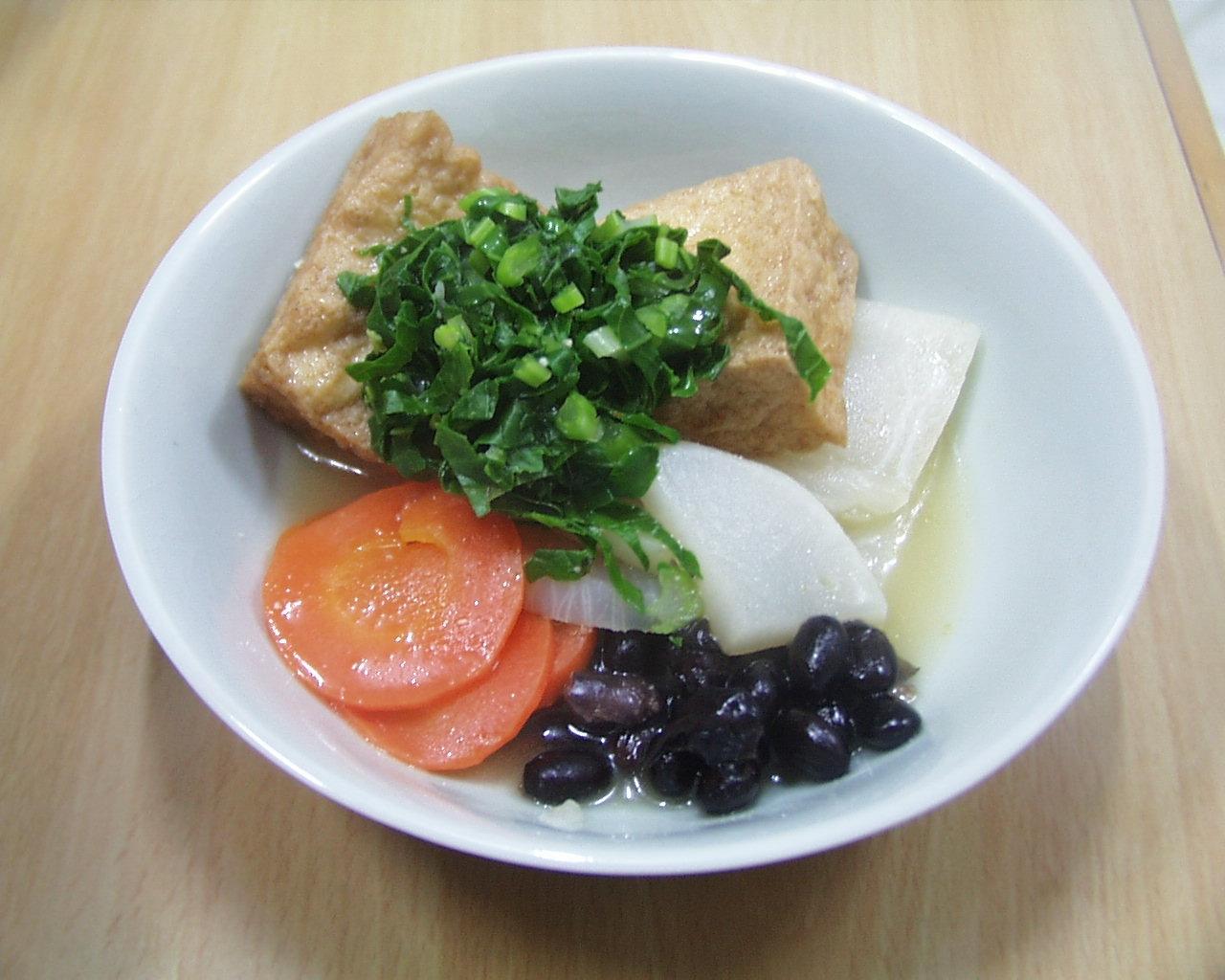 黒豆、かぶ、にんじん、厚揚げ、かぶの葉っぱの添え物