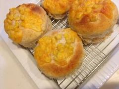 翌朝でもふわふわ!コーンとチーズのパン