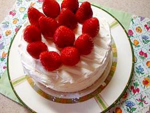 誕生日にホワイトチョコ生クリームイチゴケーキ
