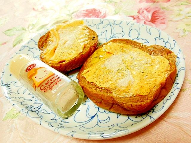 黒糖パンで焼きチェダーと黒ごまシュガーのサンド