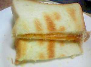 チェダーチーズとハチミツのトースト