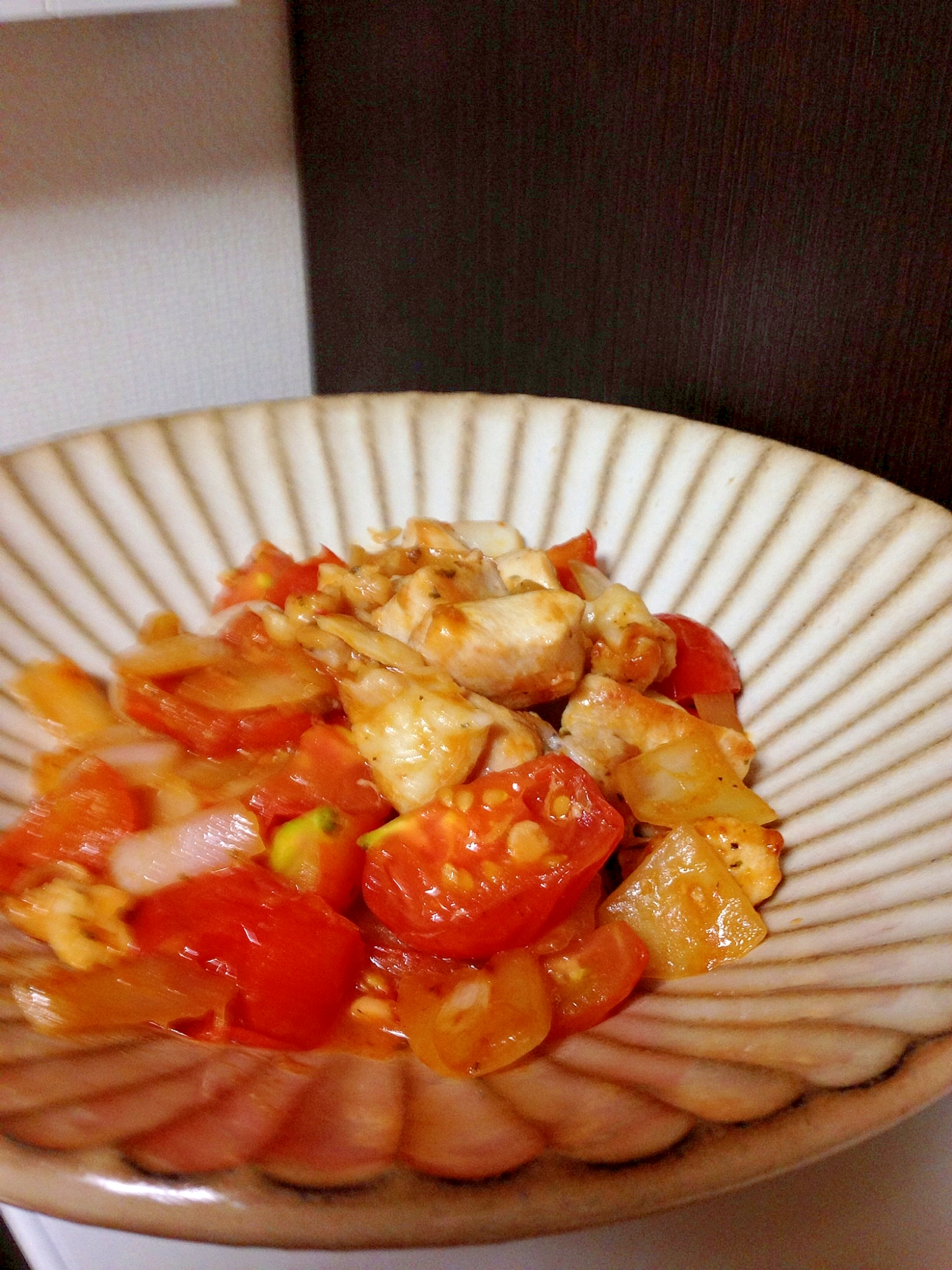 トマトととり肉のガーリックバター炒め