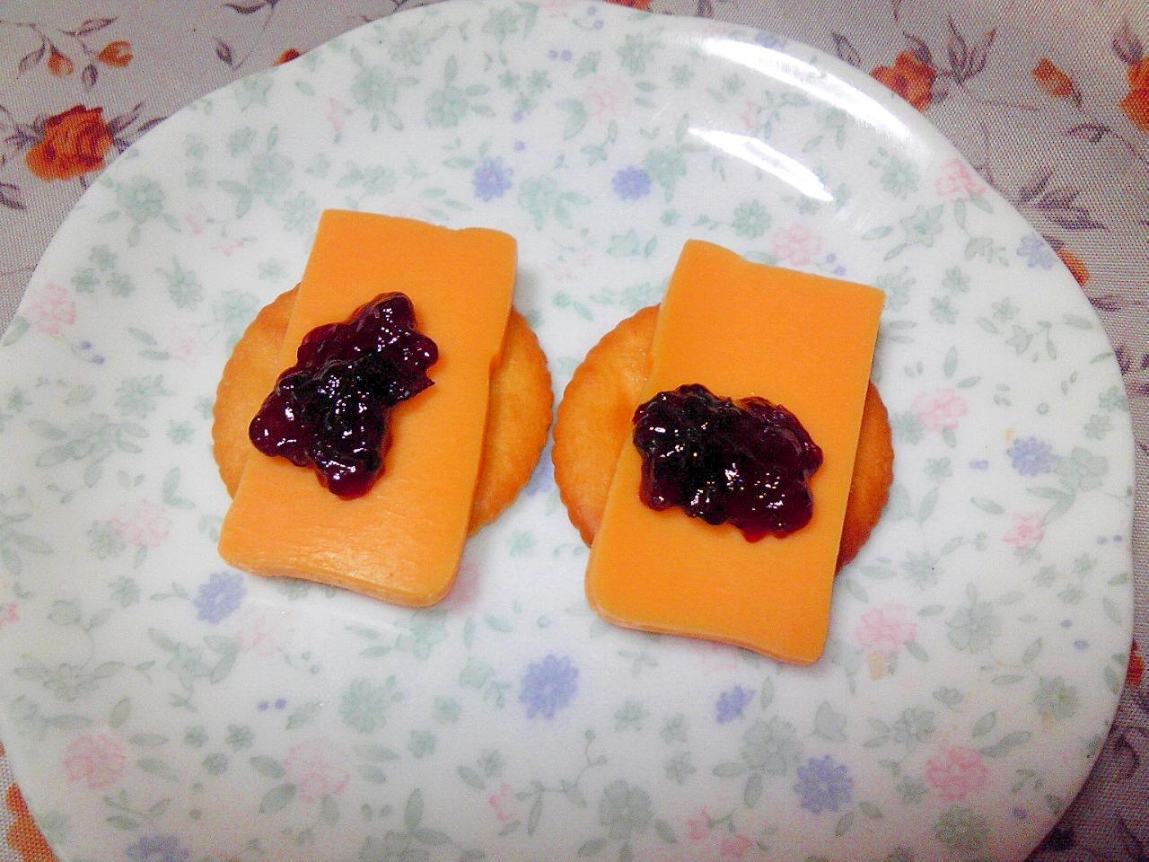 リッツ☆チェダーチーズとブルーベリージャムのせ♪