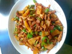 ジャガイモとぶた肉を使った四川風野菜炒め