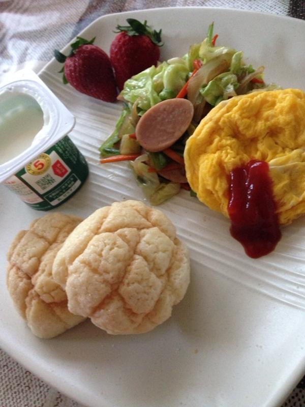 メロンパンと野菜炒めのワンプレート