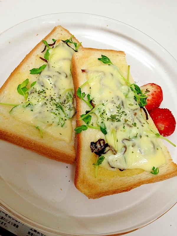 豆苗と塩昆布を閉じ込めたチーズトースト