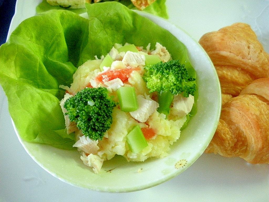 ゆで鶏とブロッコリーのポテトサラダ&クロワッサン♪