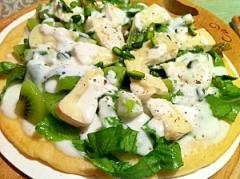キウイとカマンベールチーズのサラダピッツァ