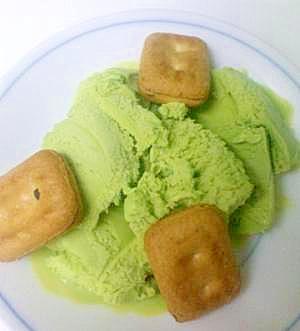 乾パンでアイスクリームを一層美味しく