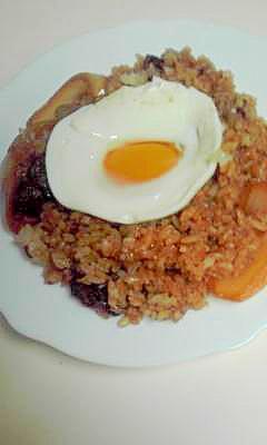 残ったハヤシルーを再利用、卵のせご飯