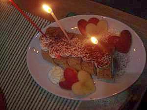 お誕生日に★ロールバースデーケーキ★リンゴを添えて