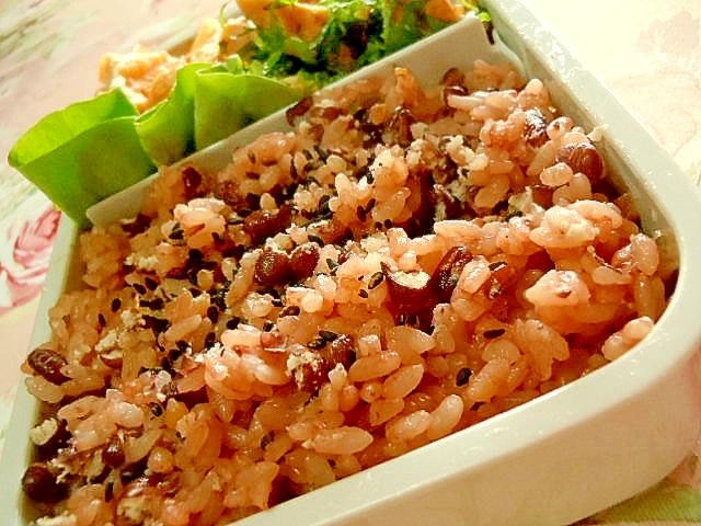 お弁当にお赤飯の胡麻味噌生姜とおかか挟み