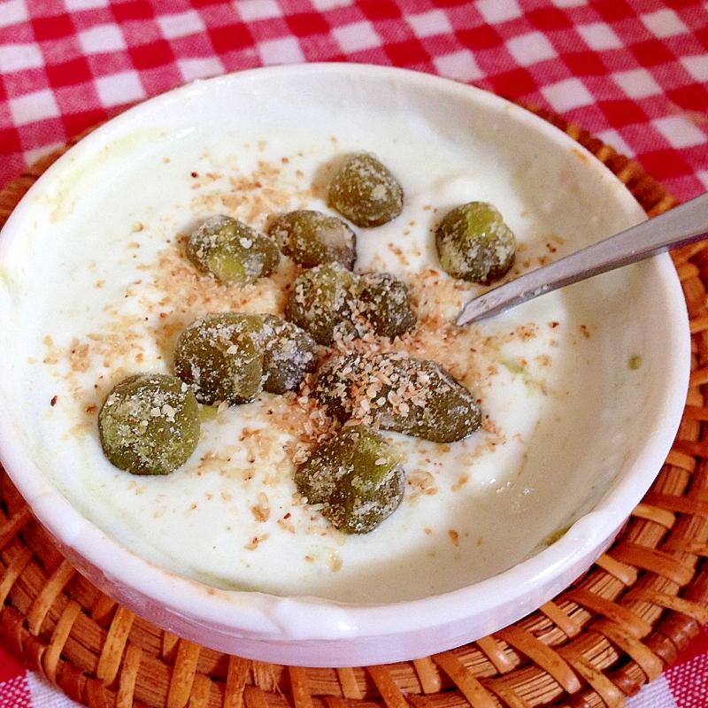 グリーンスムージーと甘納豆のヨーグルト