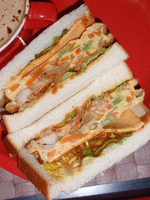 鶏肉BBQソースオムレツのサンドウィッチ