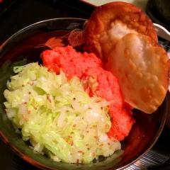 明太マヨとキャベツの二色丼 餃子皮チップス添え