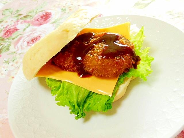 ベーグルdeコロッケとチェダーと玉葱のサンド