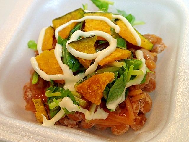 なめたけと豆苗とかぼちゃチップスの納豆