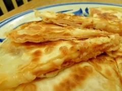 簡単おつまみ☆餃子の皮でハムチー挟み焼き