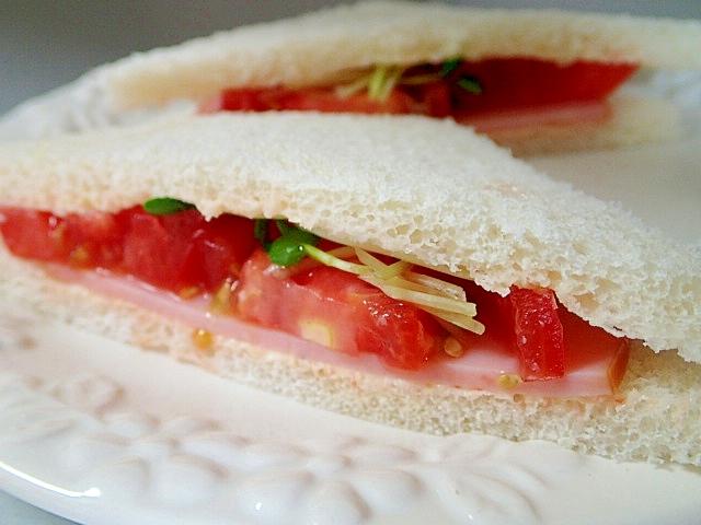 ハムとトマトとかいわれ大根のタルタルサンドイッチ