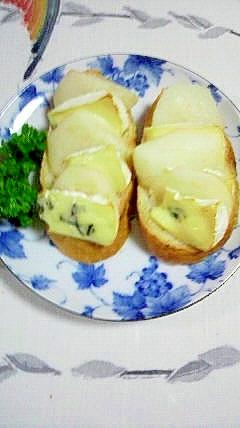 フランスパンに、洋梨とブルーチーズをのせて♪