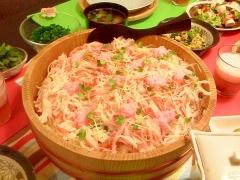 カニかまといか、桜でんぶのちらし寿司