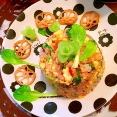 小松菜とおかきのサンバル梅マヨ炒飯