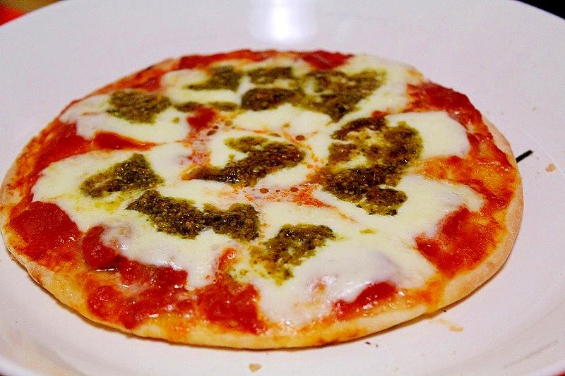 即席手作りトマトソースでシンプルピッツァ