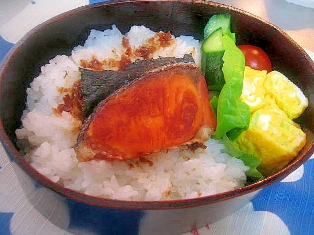 お弁当の定番☆海苔シャケ弁当
