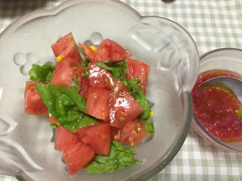 トマトとサラダ菜の赤玉ねぎドレッシング