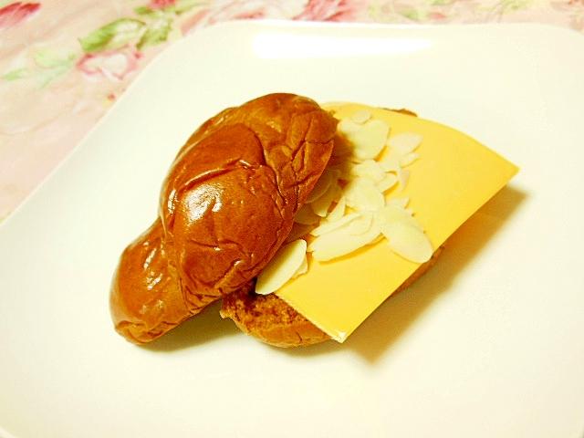 黒糖パンdeチェダーとメープルの甘じょっぱサンド