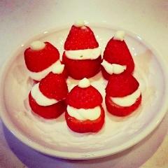 小さな可愛い♪レアチーズde苺のサンタさん