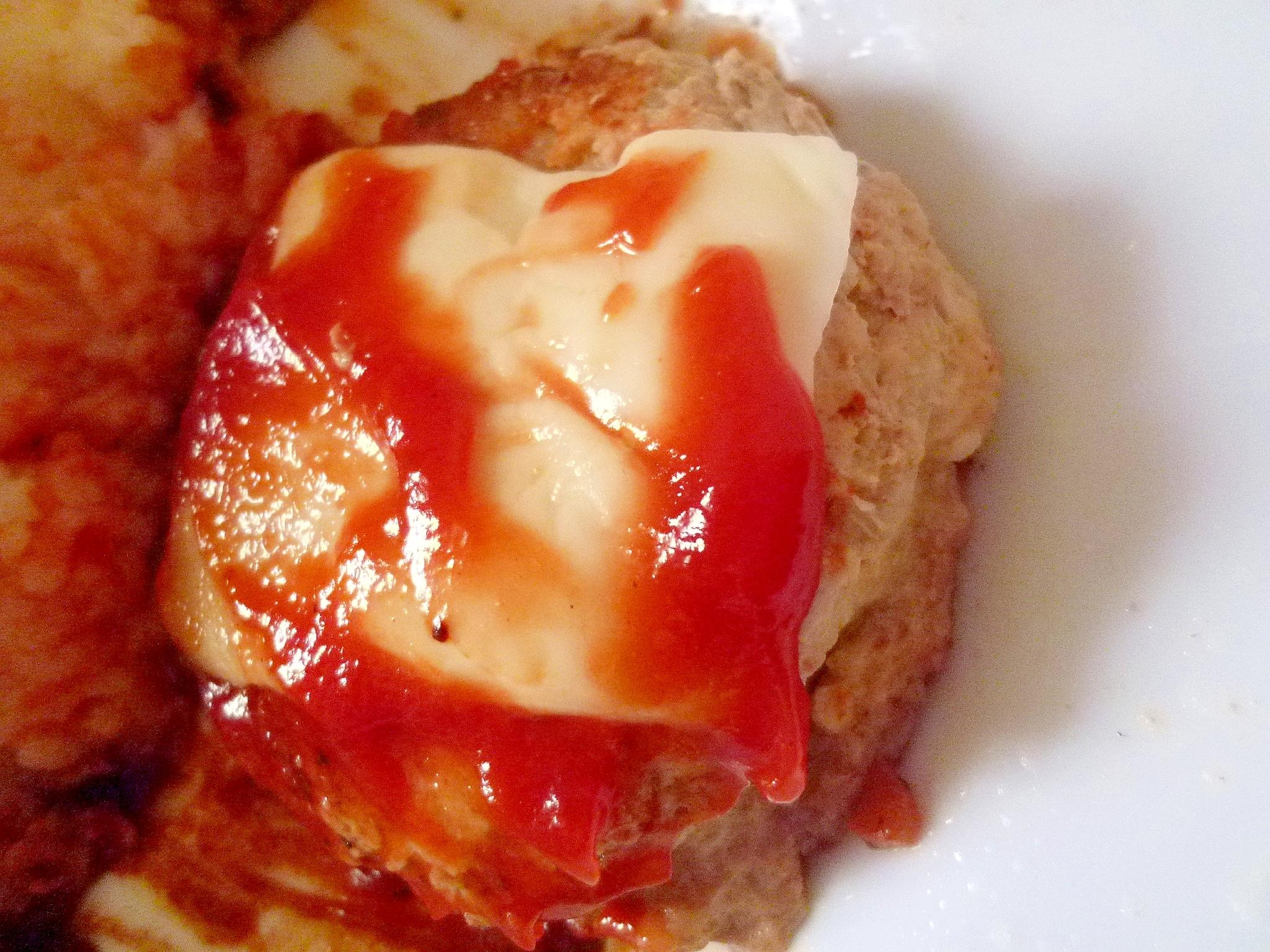 うずらのゆで卵入り ハンバーグチーズのせ