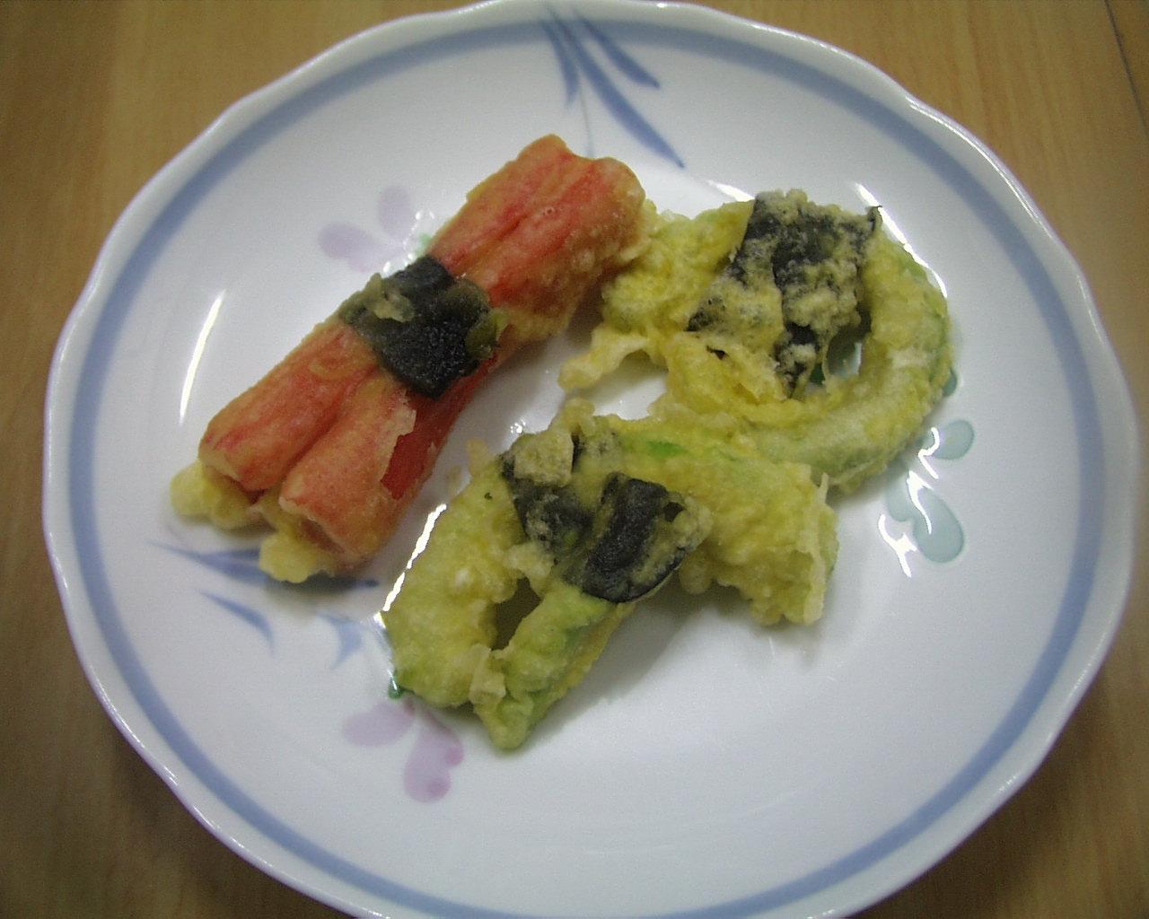 かにかまぼこ天ぷら、アボカド天ぷらの添え物