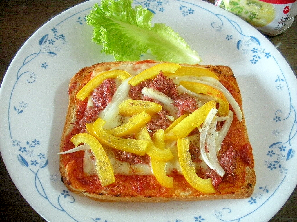 コンビーフと黄ピーマンと玉ねぎのチーズトースト♪