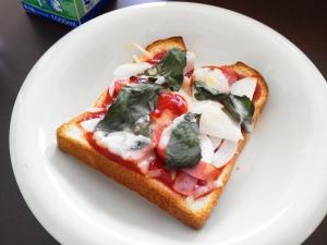 食パンで簡単ピッツア(冷凍食パンを使用しても◎)