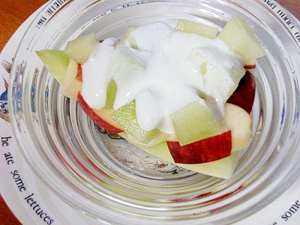 可愛くおもてなし♪メロンとリンゴでヨーグルト