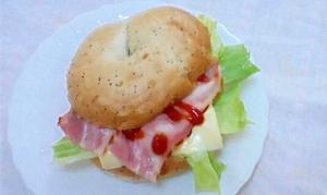 オニオンベーグルのベーコンチーズサンド
