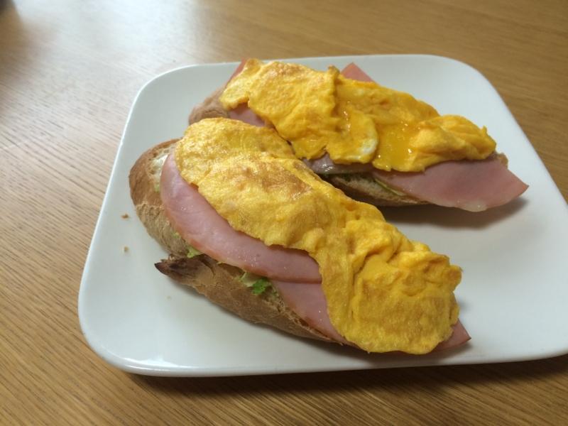 朝食に  ハム玉子フランスパン