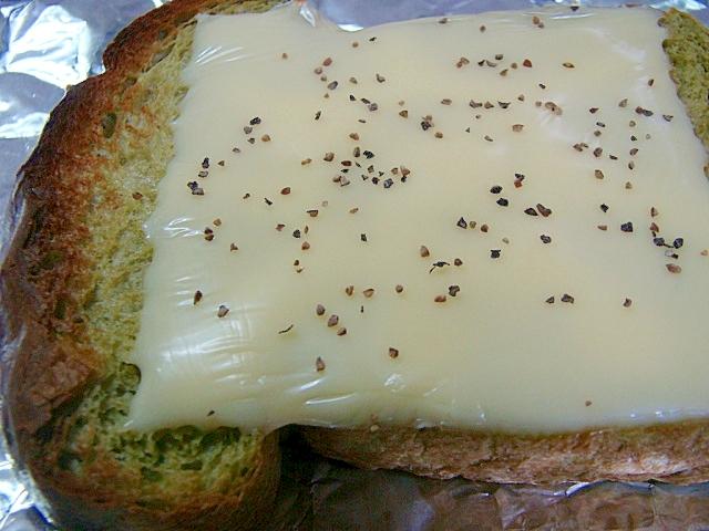 ほうれん草パンのチーズトースト