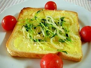 朝食に☆もやしと豆苗の塩麹ソテーのせトースト☆