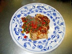 鶏もも肉のソテーパセリと赤ピーマンのソース添え