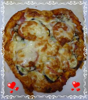 ハッピーバレンタインハート型のピザ