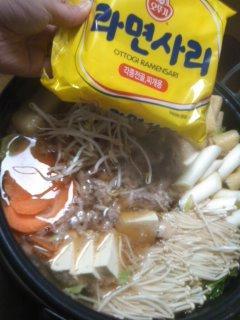 韓国ラーメン、サリメンのアツアツ鍋