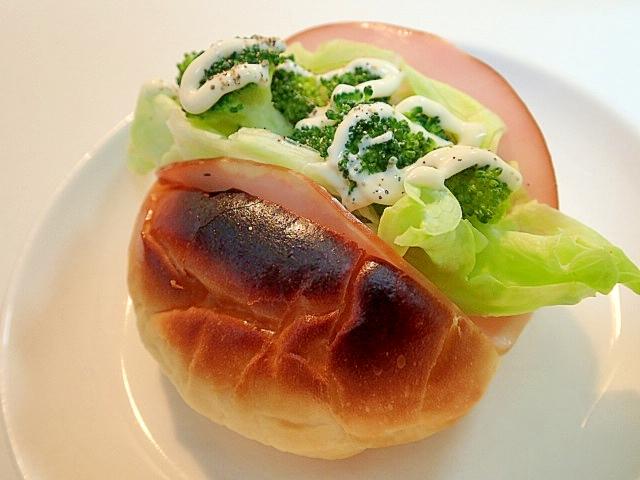 ハムとレタスとブロッコリーのロールパン