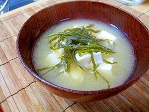 豆腐とがごめ昆布の味噌汁