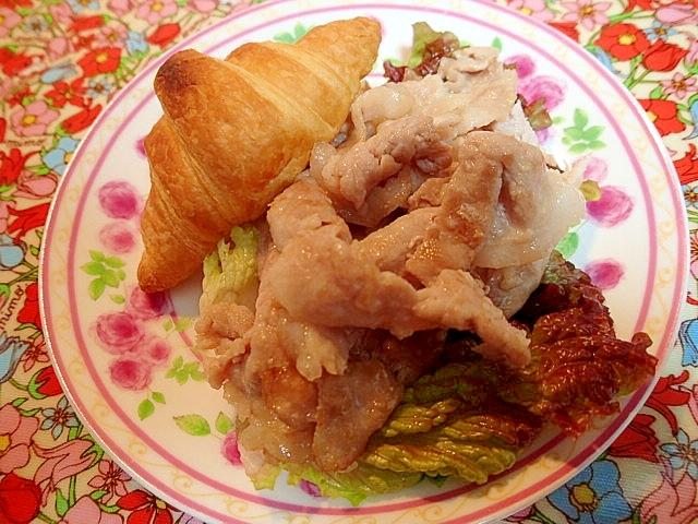 塩麹豚ソテーとクロワッサンのワンプレート