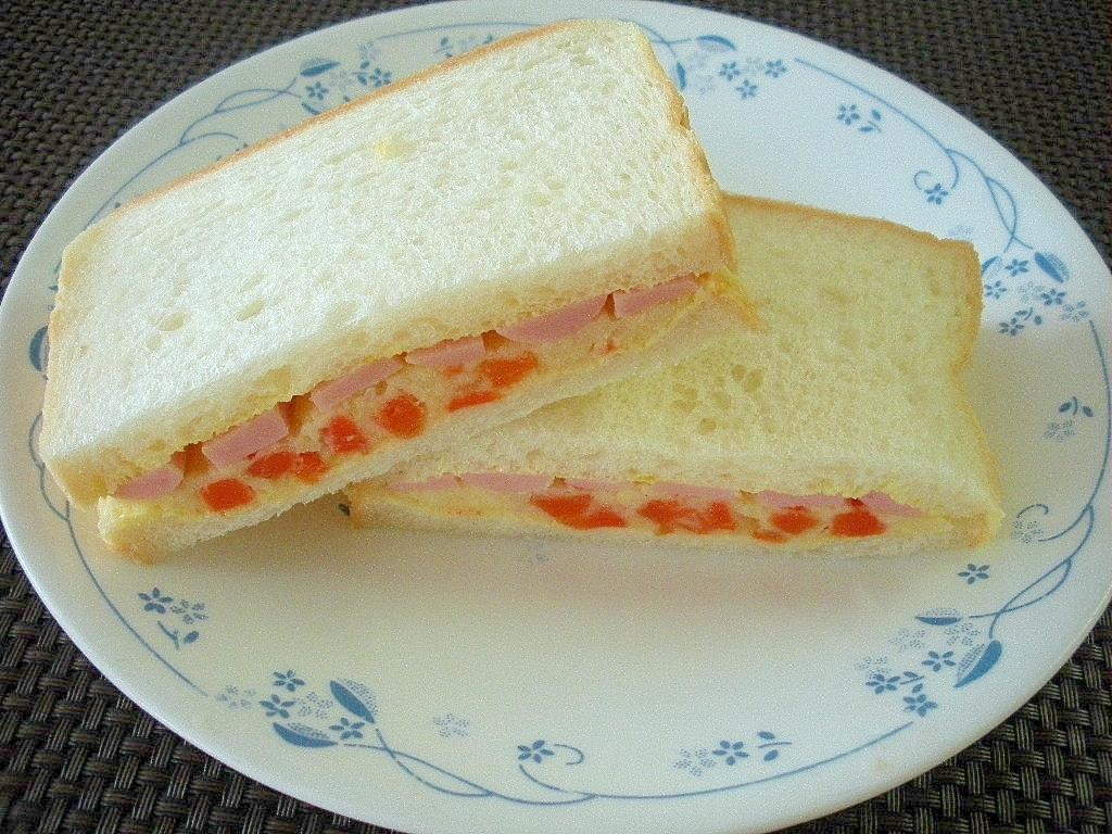 夜食に!ポテトサラダと魚肉ソーセージのサンドイッチ