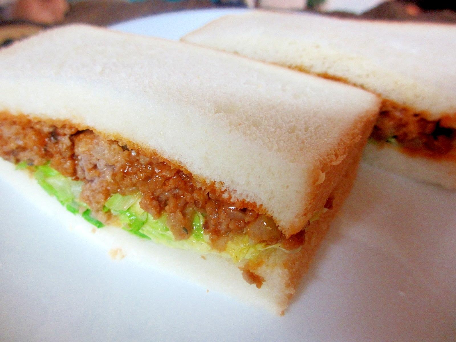 ミートソースとキャベツのサンドイッチ