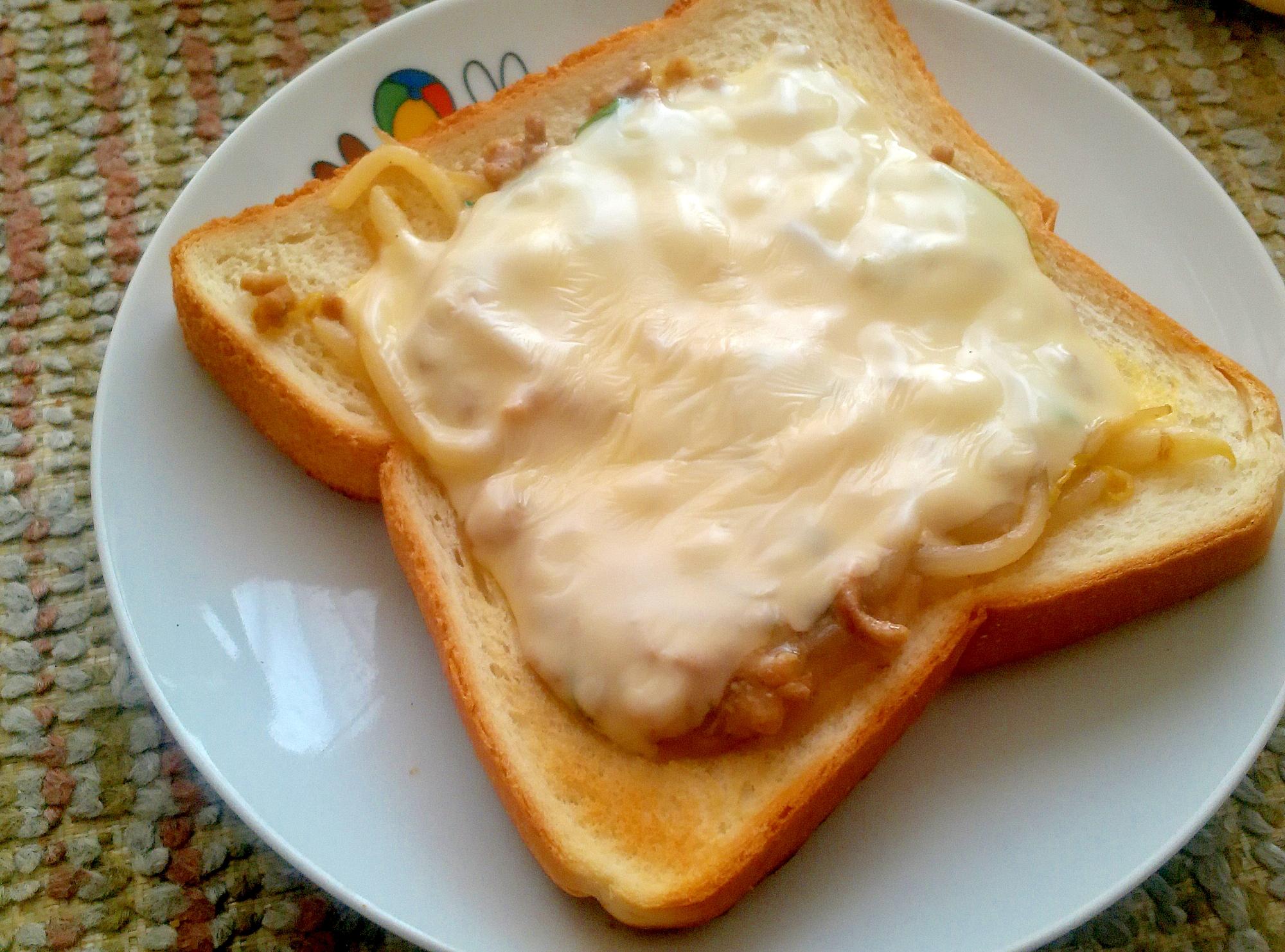 ひき肉炒めの残り物でリメイク!チーズトースト